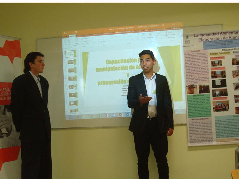 Dos estudiantas dan a conocer los conocimientos que impartieron en las capacitaciones.