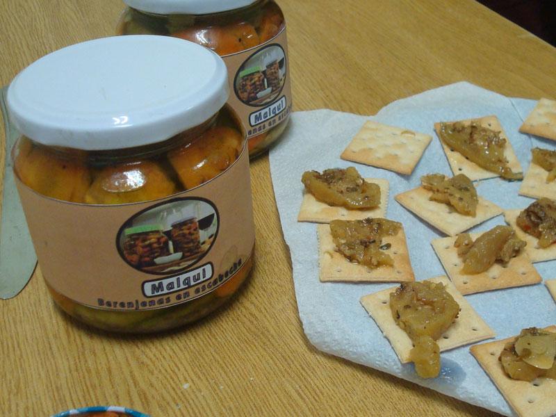 Producto en conserva junto a galletas, listo para degustación.