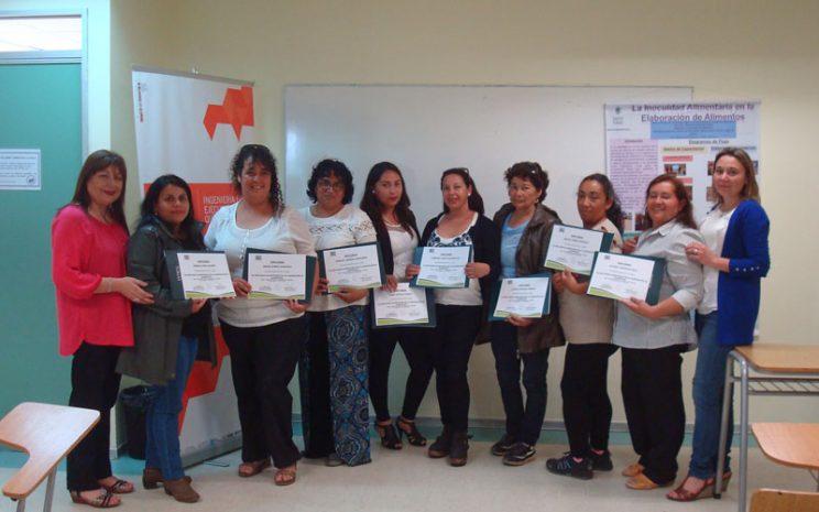 Damas capacitadas junto a profesora Cantuarias y directora de carreras de química.