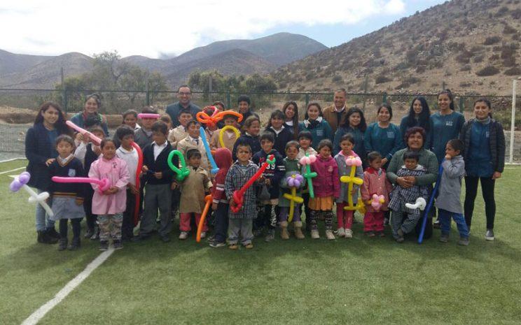 Los niños y niñas del colegio junto a las estudiantes de la carrera.