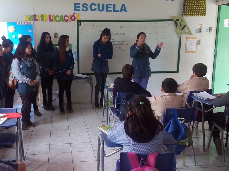 Alumnas hablan en la sala de clases.