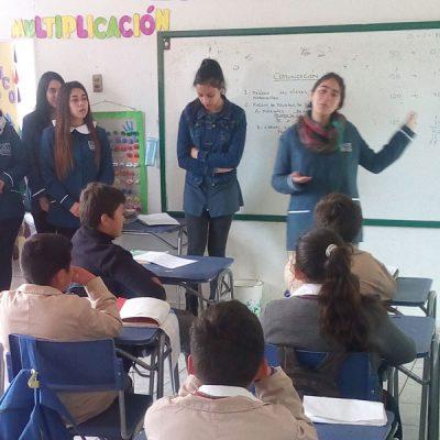 Alumnas intervienen en sala de clases de los niños.
