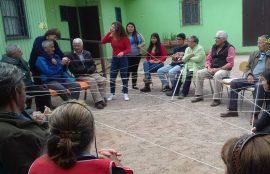 Alumna guía una actividad con lanas con los adultos mayores.
