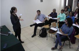 Asistentes a la capacitación presencian a una de las oradoras.