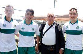 El entrenador junto a tres de los jugadores del plantel durante las Olimpiadas nacionales Santo Tomás.