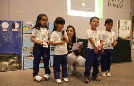 Cuatro niños, apoyados por su educadora, se presentan en el evento.