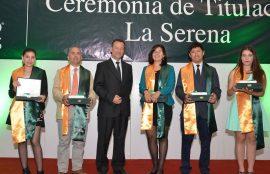 Director académico interino, Jaime Camus, junto a mejores graduados.
