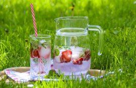 Sin duda el agua es lo mejor que podemos elegir para saciar la sed e hidratar nuestro organismo durante estos días de altas temperaturas, pero pese a lo saludable que es, los chilenos estamos poco habituados a consumirla en grandes cantidades o fuera de las comidas.