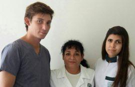 Una de las beneficiarias junto a los laboratoristas dentales que fueron parte de la iniciativa.