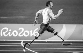 Atleta con prótesis en las piernas corre en juegos olímpicos Río 2016.