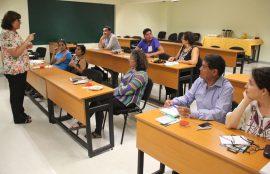 Siete docentes de formación e identidad observan a la directora del área durante la reunión.