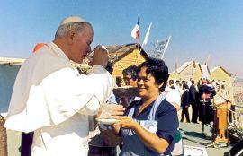 El Papa compartiendo con una señora