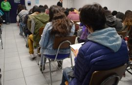 Alumnos rinden el ensayo psu en una sala de santo tomás puente alto.