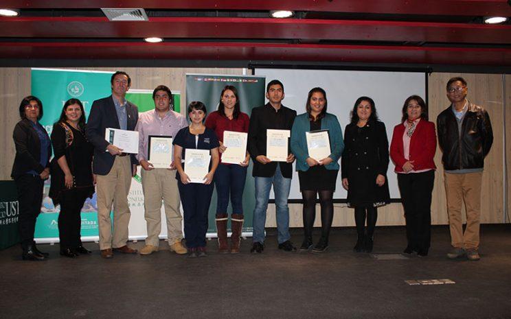 Alumnos recibiendo su certificado de su primer curso de chino mandarín aprobado.