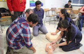 Alumnas de Enfermería enseñan técnicas de reanimación a participantes del curso.