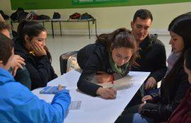 Estudiantes trabajando antes de ir a terreno por proyecto Junji.