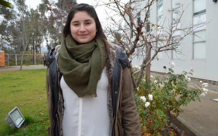 La orientadora del liceo comercial, María Fernanda Castañeda, sonríe en los jardines de Santo Tomás Puente Alto.