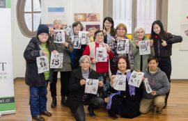 Adultos mayores de Santiago Centro durante el taller de Cultura China
