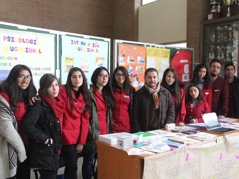 Grupo de estudiantes y docente del stand de intervención educacional.