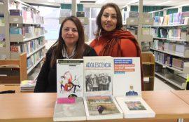 Alejandra Menares junto a la encargada de la biblioteca.