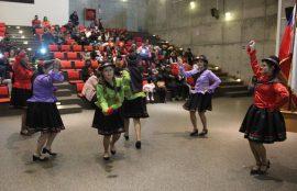 Seis alumnas danzan baile nortino.