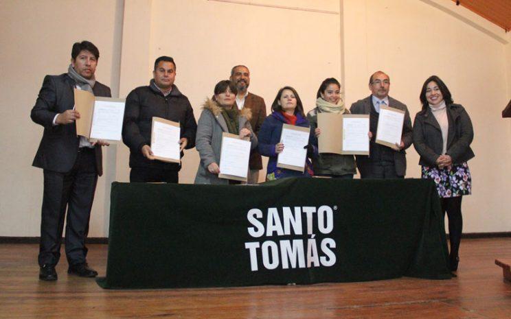 Representantes de colegios durante firma de acta del programa.