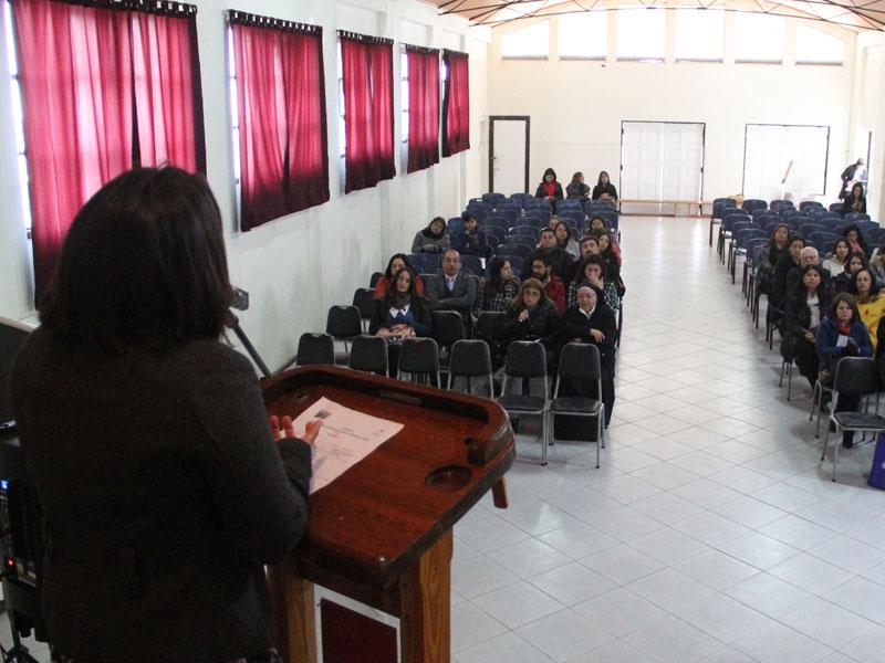 Representante de JUNAEB habla a los presentes.