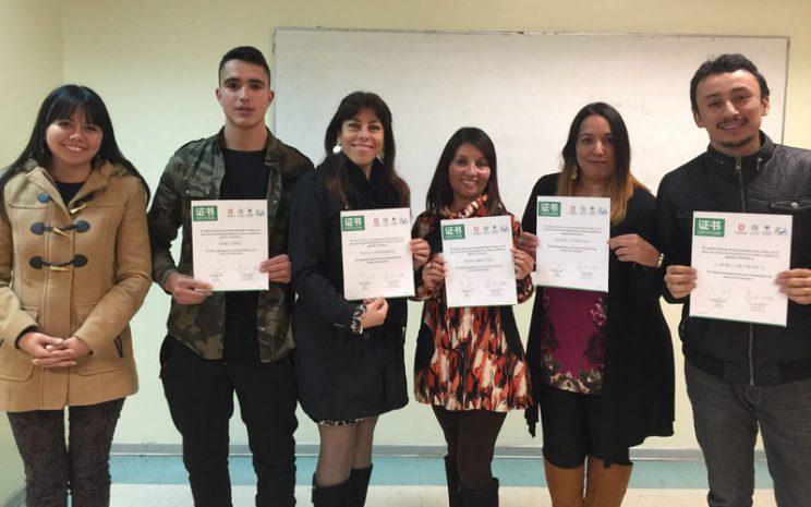 Cinco alumnos certificados junto a profesora.