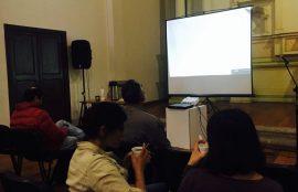 Espectadores observando la pantalla con los filmes.