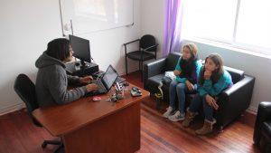 Docente y estudiantes en Centro de Atención Psicólogica.