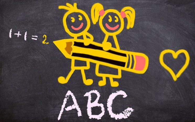 Dibujo de niño y niña felices en un pizarrón