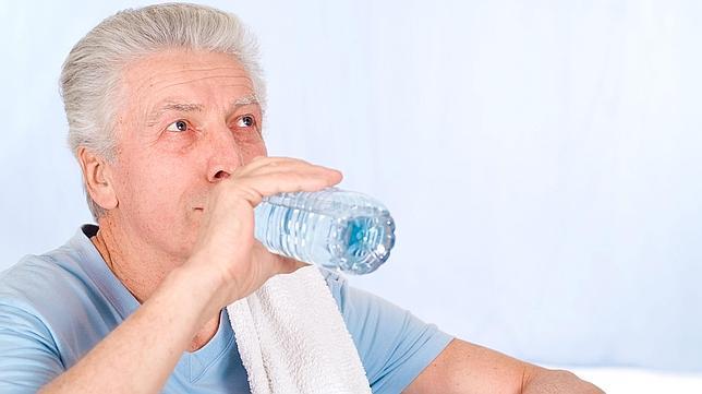 adulto mayor y agua