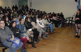 Imagen general de auditorio y charlista durante la actividad.
