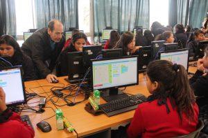 Estudianetes aprenden a programar frente a computadores.