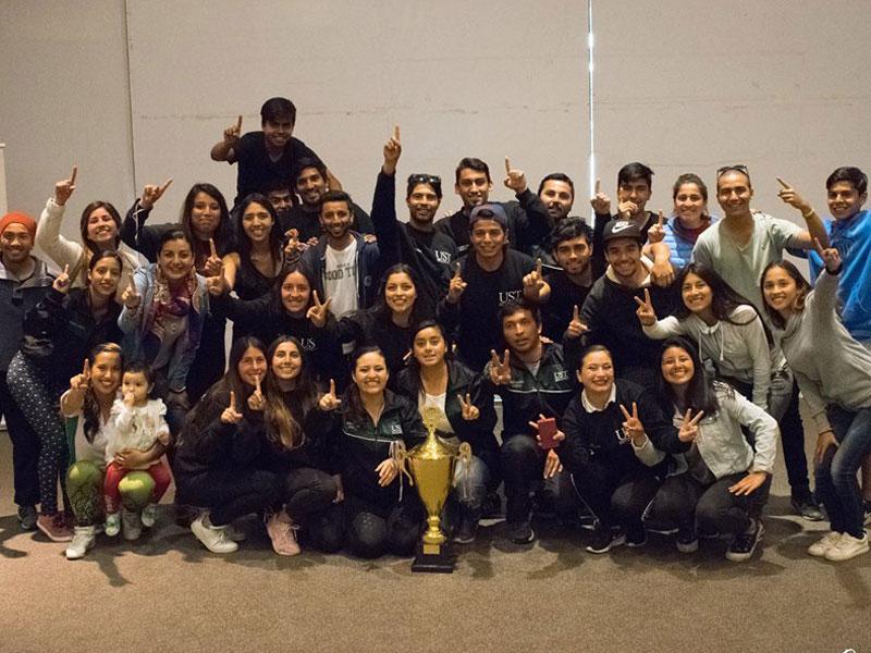 Equipo de la UST celebrando junto a la copa de campéon.