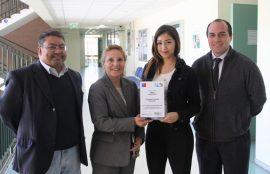 Pia Nuñez junto a Director de Escuela, Jefa de Carrera y docente.