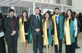 Titulados de Psicología junto a Director de Escuela y Jefe de Carrera.