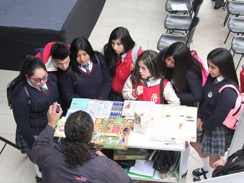 Grupo de alumnos recibe información en stand.