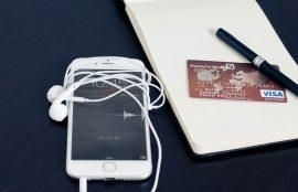 Teléfono celular inteligente, libreta, lápiz y tarjeta de crédito.