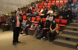 Uno de los participantes expone su trabajo a la audiencia.