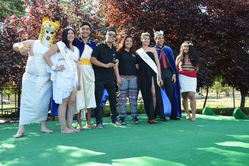 Un grupo de estudiantes vestidos de reyes y reinas sonríe frente a la cámara al finalizar el aniversario de Santo Tomás Puente Alto.