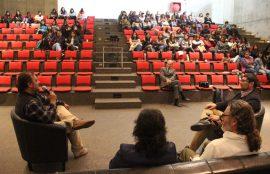 Participantes de la actividad hablan al público.