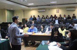 Estudiante presentándose ante compañeros, jurado y público.