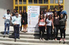 Estudiantes participantes de congreso de investigación junto a Director de Enfermería.