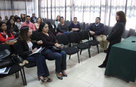 Asistentes el encuentro dialogando con supervisora de prácticas.