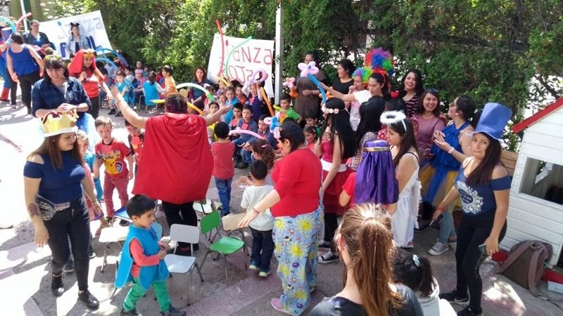 Alumnas de Santo Tomás, disfrazadas de superhéroes y personajes de Disney, animan concursos con niños y niñas en el patio de un colegio.