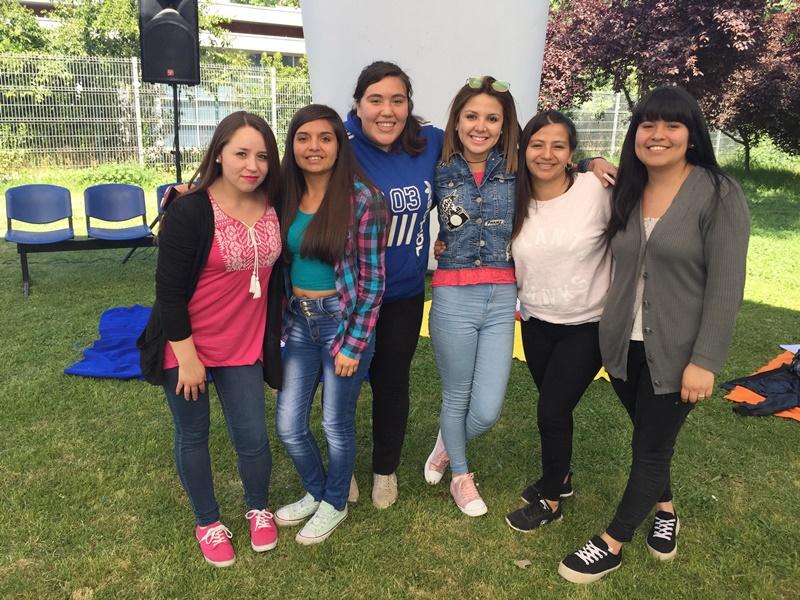 Seis alumnas posan frente a la cámara, sonriendo, en las canchas de pasto.