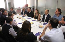 Los participantes del encuentro dialiogando en la mesa.