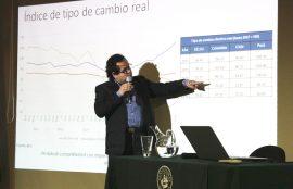 El doctor en economía aplicada en la charla.