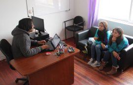 Coordinador del centro junto a dos alumnas.